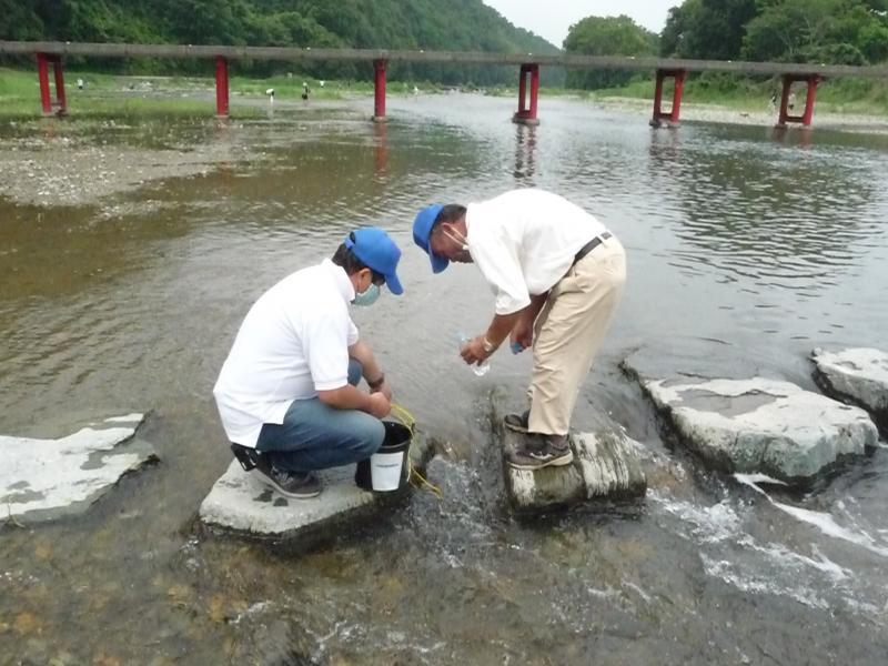 写真1.くらかけ清流の郷での採水作業